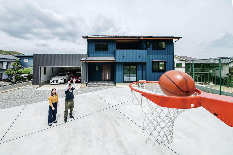 山脇木材【趣味、間取り、ガレージ】家づくりでマストだったバスケットコート。ときには夫婦で1on1を楽しむことも。2台分のインナーガレージ付きの新居はご主人のこだわりで、ブルー×グレーでクールに演出
