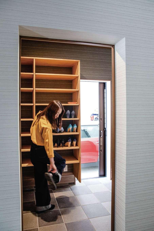山脇木材【趣味、間取り、ガレージ】玄関のシューズクロークはガレージと繋がっていて、雨に濡れずに行き来できる