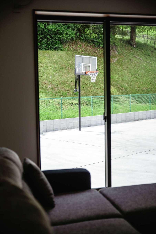 山脇木材【趣味、間取り、ガレージ】リビングからはバスケットコートが眺められる。「将来子どもができたら、きっと家族みんなでバスケットボールを夢中になってやることになるんでしょうね(笑)」とご主人