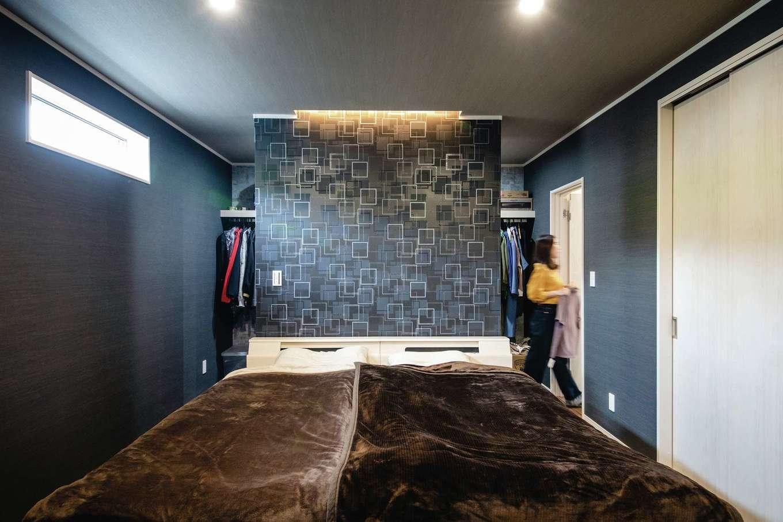 山脇木材【趣味、間取り、ガレージ】グレーで統一したスタイリッシュな寝室。壁の背面にウォークスルークローゼットを設けてある