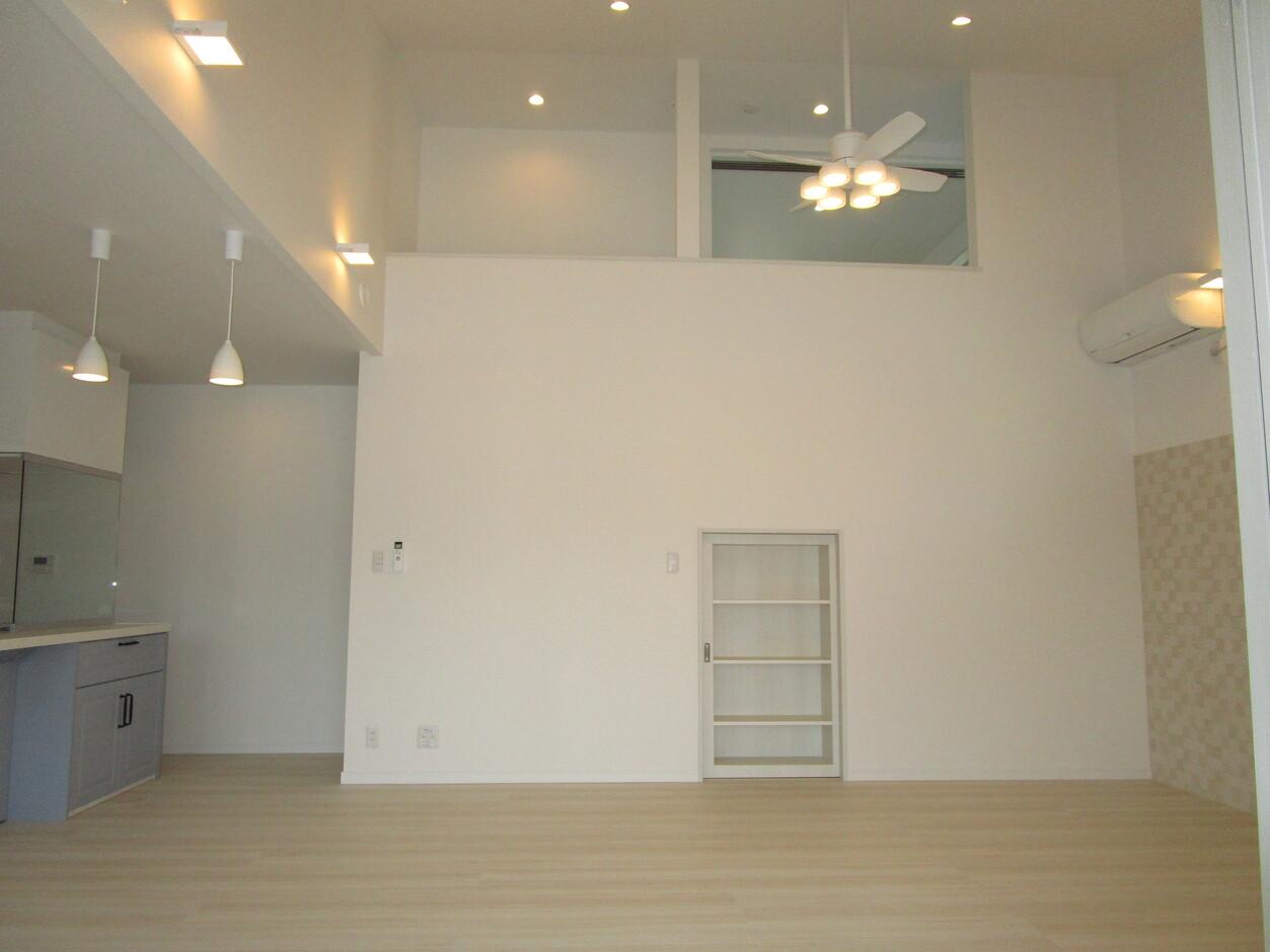 志村建設【1000万円台、デザイン住宅、子育て】LDKには大きな吹き抜けが。空間がゆるやかにつながり、どこにいても家族の気配を感じられる