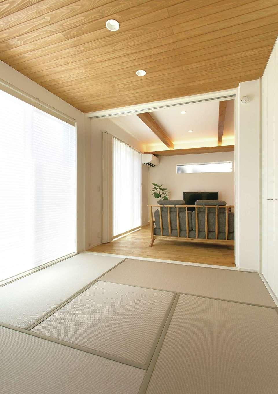 玄関ホールからつながる和室。ゴロンと寝転ぶと、天井に貼られた無垢のスギ板が見える