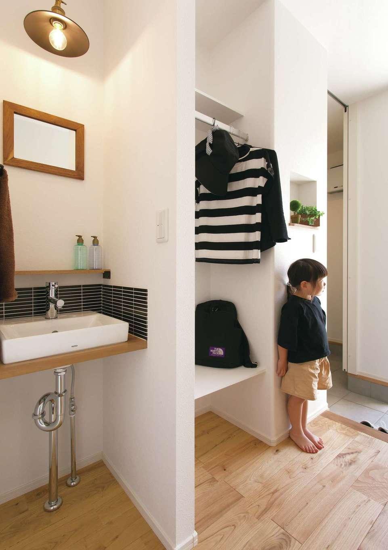 玄関ホール続きに衣類用クロークを設計し、手洗い洗面を造作した。ここで上着を脱ぎ、すぐ手を洗える動線が便利