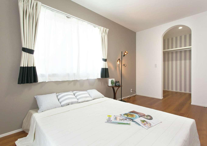 2階寝室は グレーを基調としたフレンチカラーが目を引く R型開口の