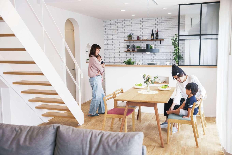1階はLDKと和室をつなげ、ワンルーム感覚で過ごせる。帰宅した家族が、必ずここで顔を合わせる動線に。キッチン横のR型開口は、洗面脱衣所へ通じている