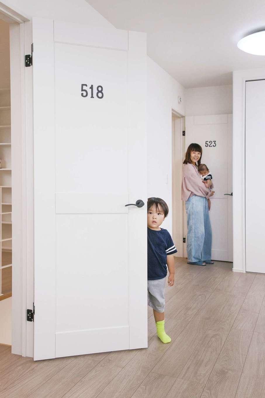 子ども室はパステルブルーの壁紙に 将来2部屋に分けることを想定し ドアは2枚 それぞれに誕生日の数字プレートを施し アパートメント風に イエ