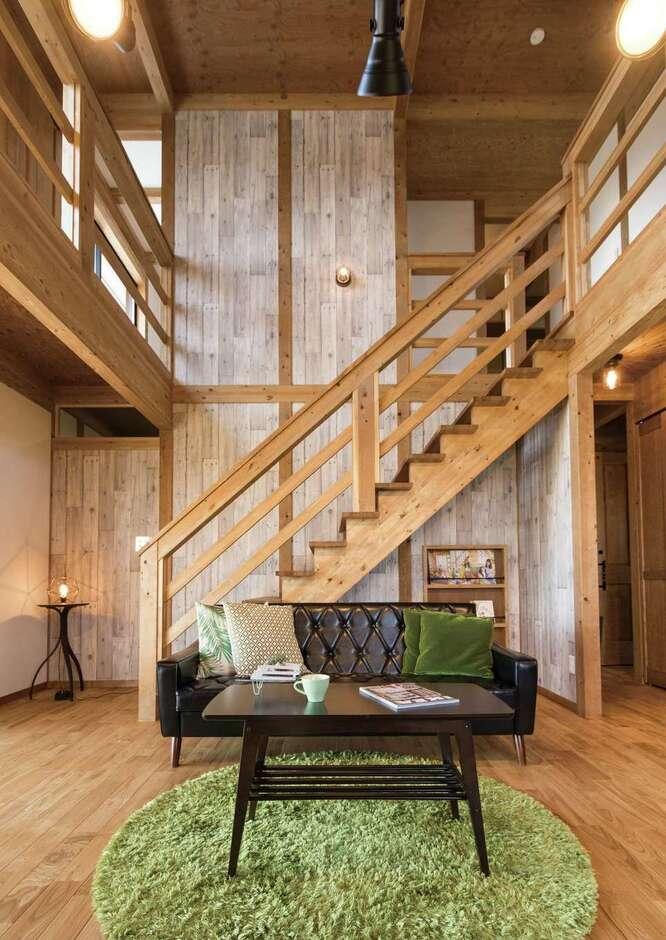 サイエンスホーム甲府店・笛吹店【1000万円台、デザイン住宅、省エネ】天井まで届くグレイッシュなクロスが空間のアクセントに。真壁づくりの家はミッドセンチュリーのソファとも相性がいい