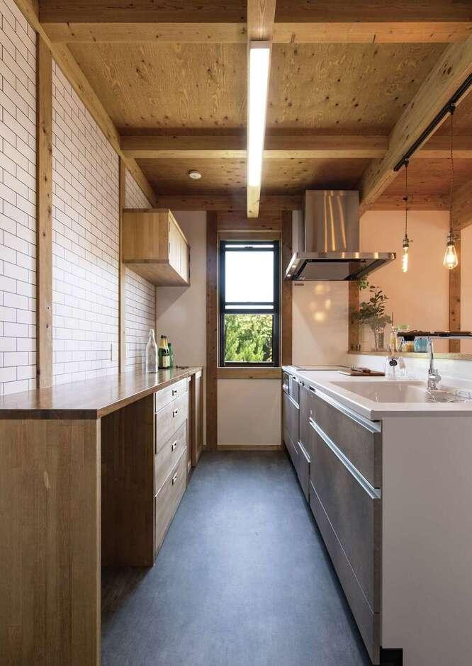 サイエンスホーム甲府店・笛吹店【1000万円台、デザイン住宅、省エネ】白いタイル調のクロスがかわいいキッチン。食器棚も無垢材で造作