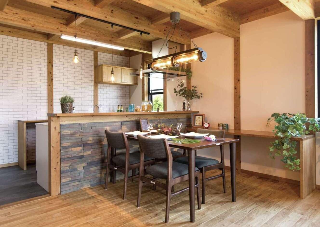 サイエンスホーム甲府店・笛吹店【1000万円台、デザイン住宅、省エネ】カフェスタイルのオープンキッチンは奥さまのこだわりで、照明もおしゃれ。目の届く場所にスタディコーナーを造作した