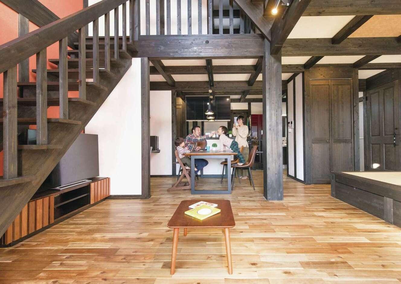 サイエンスホーム甲府店・笛吹店【デザイン住宅、自然素材、間取り】家族がどこにいてもつながりを感じる大きな吹抜けのLDK。アカシアの床の経年変化も楽しみ