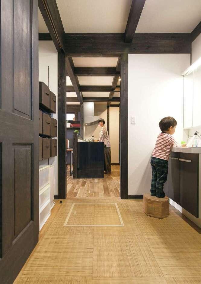 サイエンスホーム甲府店・笛吹店【デザイン住宅、自然素材、間取り】玄関からスムーズにつながる洗面脱衣室。新築して子どもたちが外から帰って来たらすぐ手を洗う習慣が身についていたので、コロナ禍でも安心できたそう。キッチン、浴室へとつながる動線が子育て夫婦の家事時間を短縮する