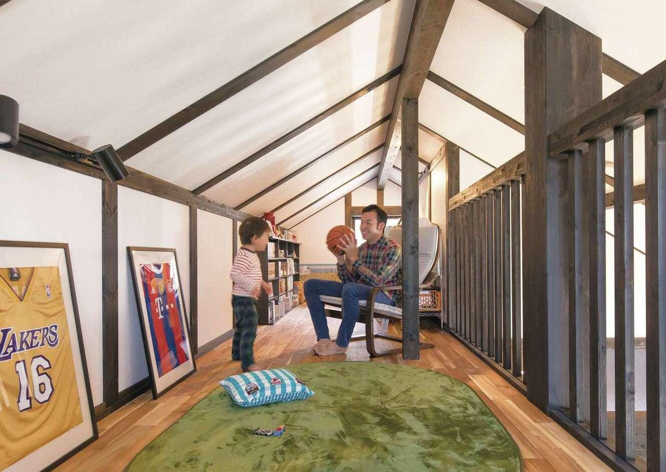サイエンスホーム甲府店・笛吹店【デザイン住宅、自然素材、間取り】ご主人が「お一人さま」の時間を楽しむために設けた小屋裏のロフトは10.5畳。ときどき、子どもたちにとっての秘密基地にもなっている。天井高1,400mm以下の空間は、固定資産税の対象にならないボーナス空間♪