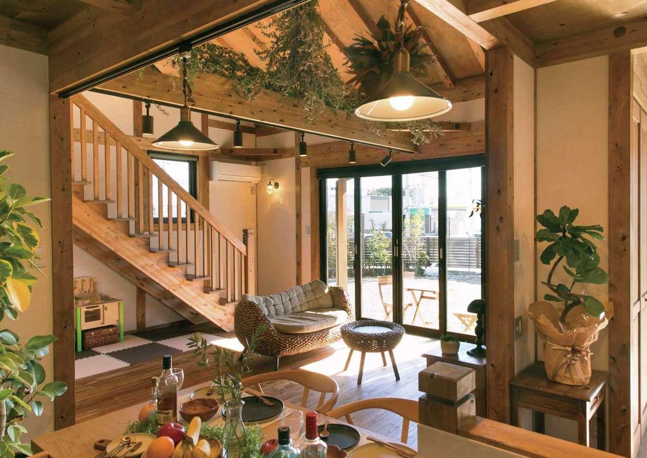 サイエンスホーム甲府店・笛吹店【1000万円台、デザイン住宅、自然素材】つながりを持たせつつ、緩やかにエリア分けされたLDK。奥さまがディスプレイしたグリーンと雑貨がひのきの空間をやさしく彩る。柱、梁、床、建具もすべて国産ひのき