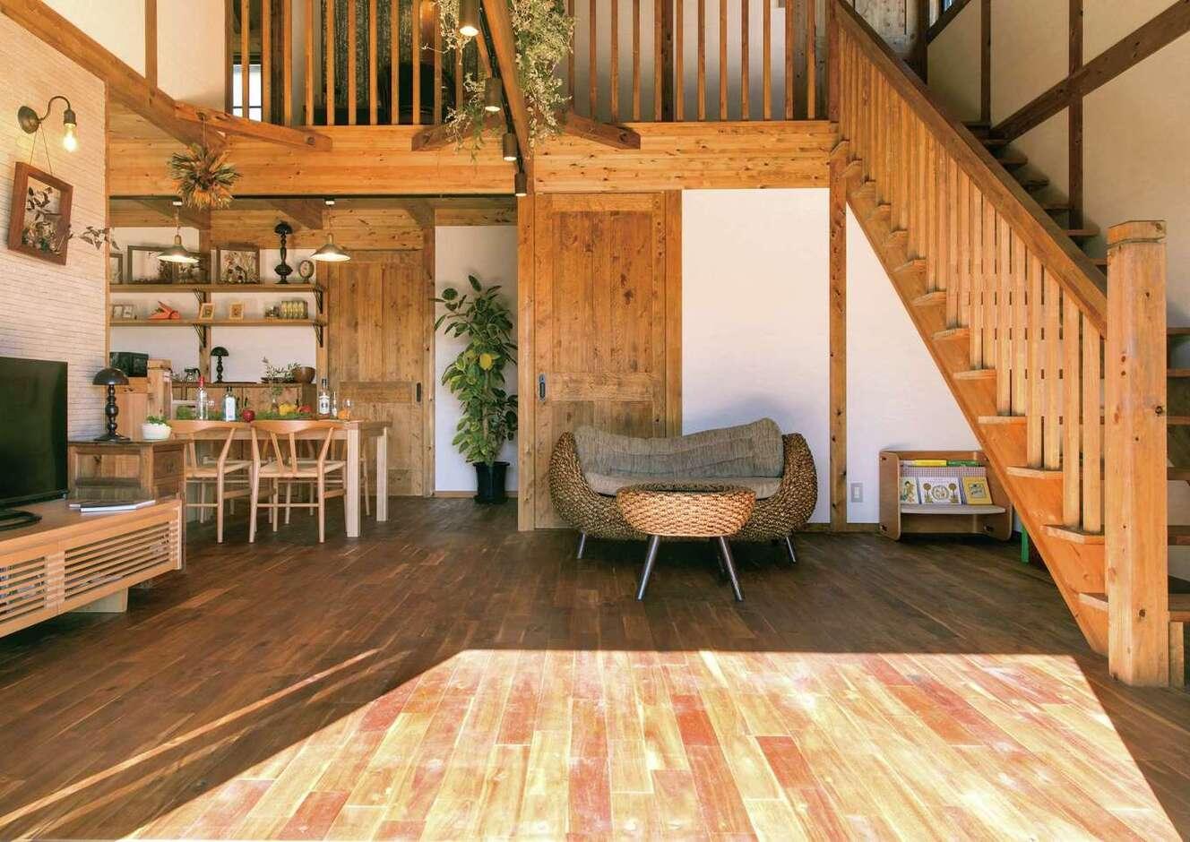 サイエンスホーム甲府店・笛吹店【1000万円台、デザイン住宅、自然素材】柱と梁を現しにした「真壁づくり」のLDKは、木そのものが呼吸して湿度を調節してくれるので、建物が長持ちする。ひのきの階段を上がるとロフトへ。キッチンにいる奥さまは、吹抜けを通してロフトの気配がわかるので安心して家事ができる