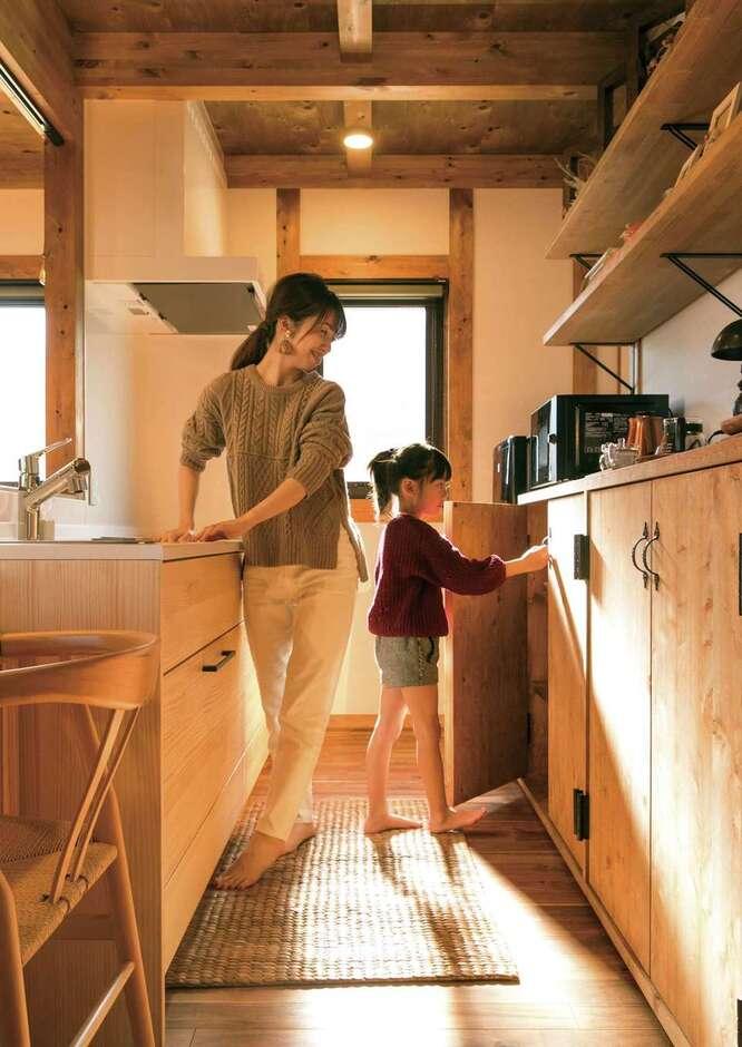 サイエンスホーム甲府店・笛吹店【1000万円台、デザイン住宅、自然素材】ゆったりとスペースを取ったキッチンは、長女もお手伝いしやすい。奥さまが最もこだわった「見せる収納」と「隠す収納」のバランスが秀逸。造作の食器棚は手で使いこむほど深い味わいを増していく