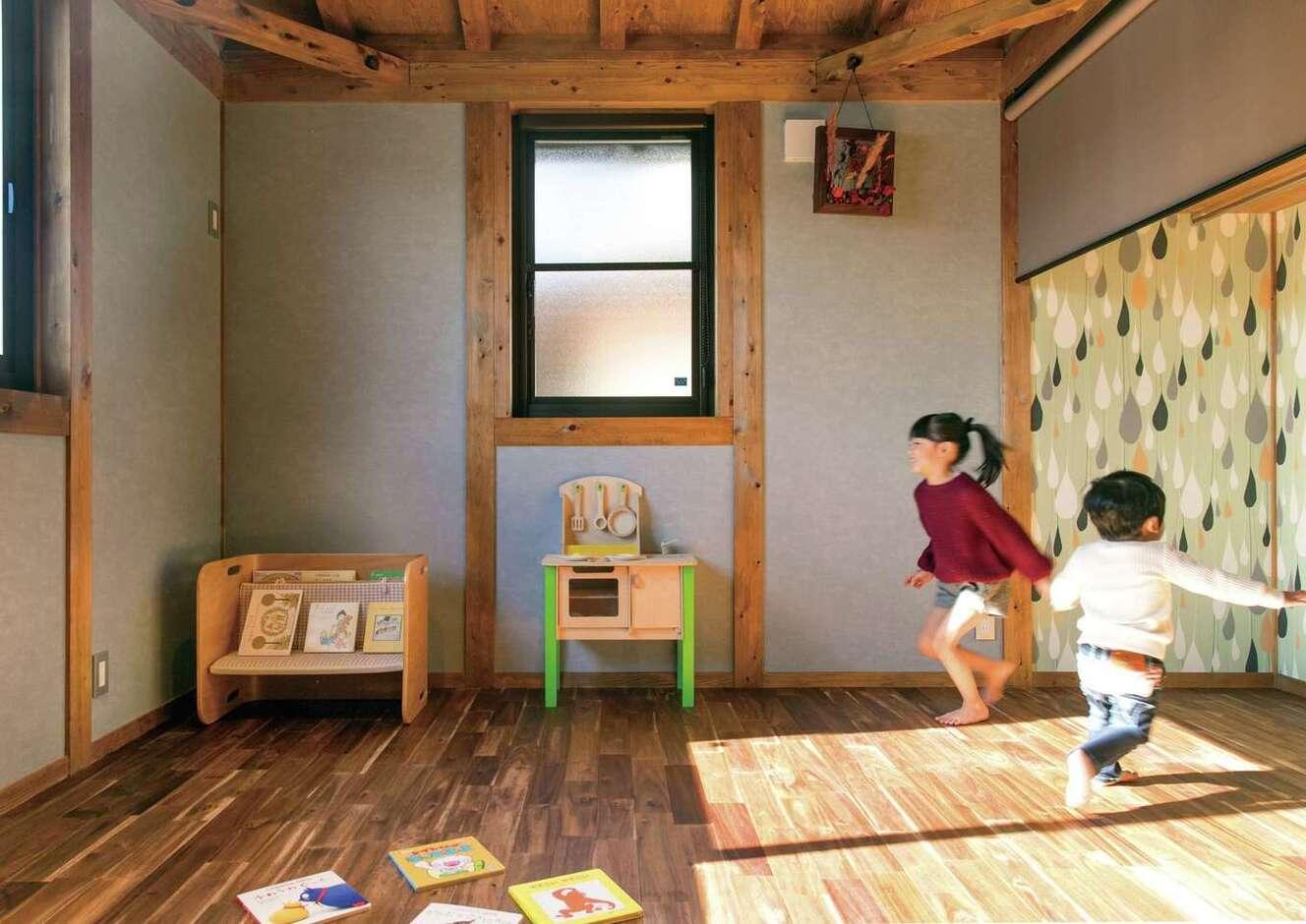 サイエンスホーム甲府店・笛吹店【1000万円台、デザイン住宅、自然素材】クローゼットの壁にデザインクロスを貼って遊び心を取り入れた子ども部屋