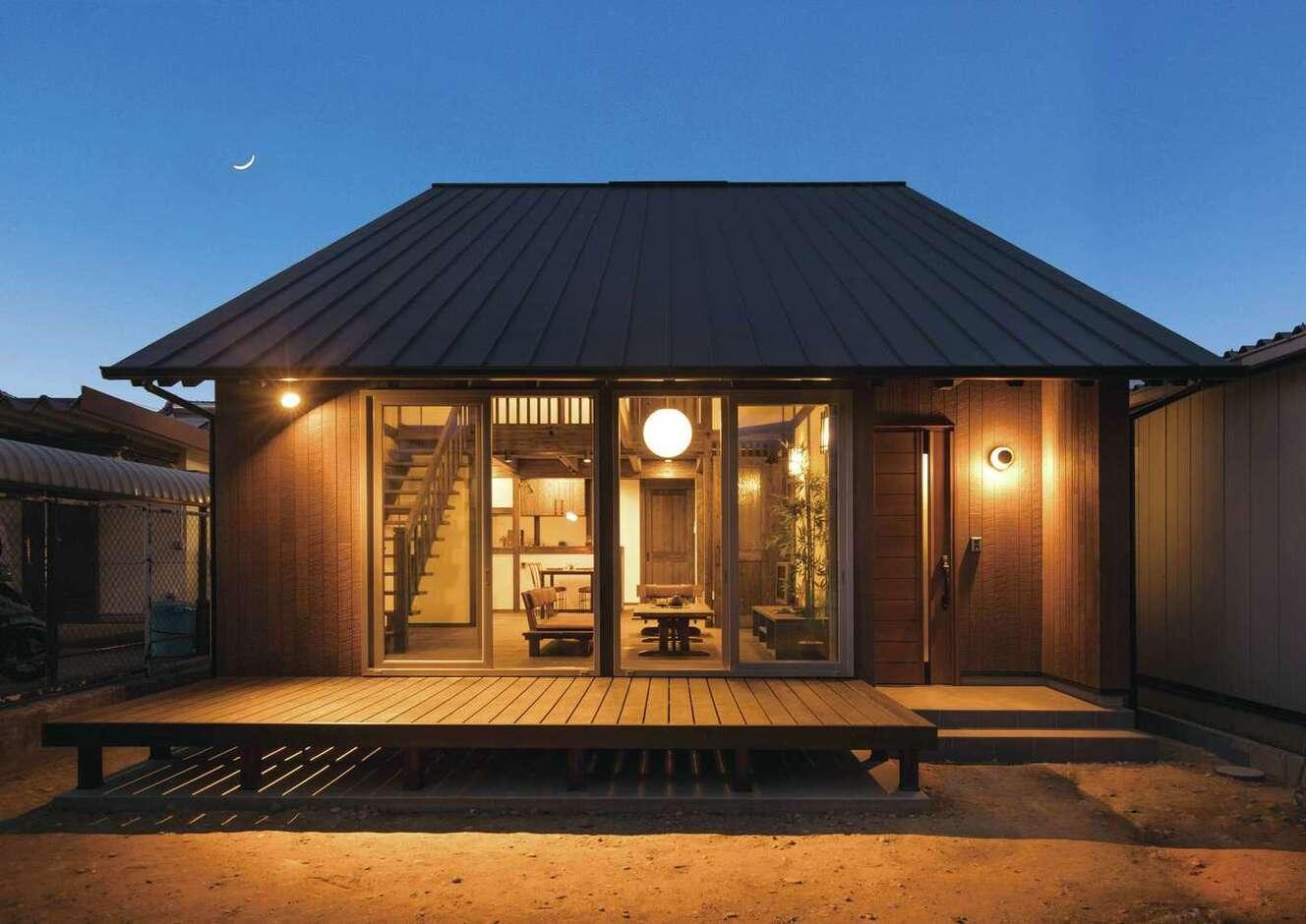 サイエンスホーム甲府店・笛吹店【1000万円台、デザイン住宅、自然素材】一見、平屋のようにも見える大屋根の外観デザイン。どっしりとした安定感もお気に入り。大きなウッドデッキが外と中を曖昧につなぎ、日々の暮らしをより楽しく演出する