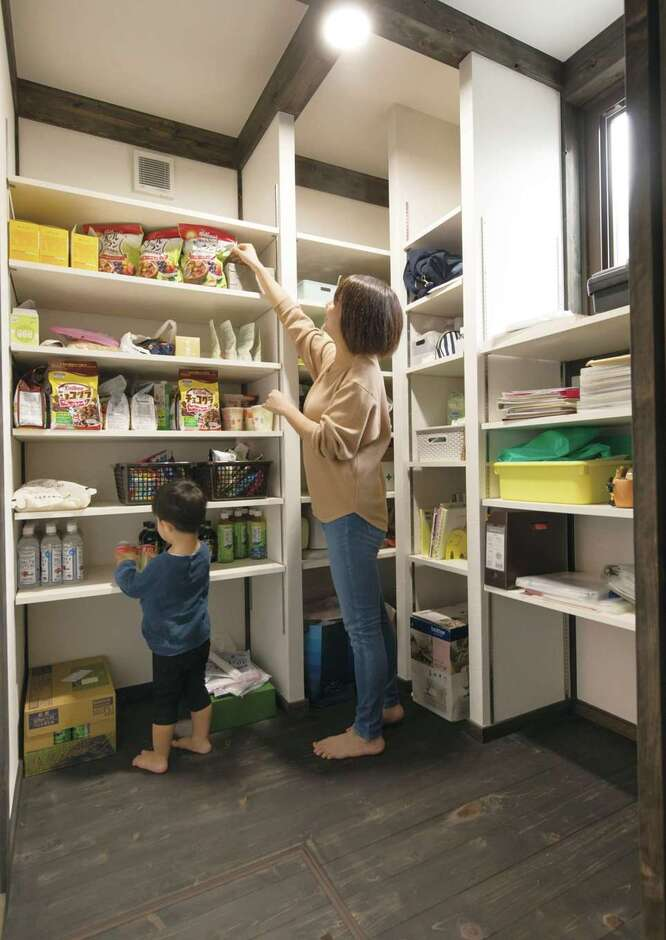サイエンスホーム甲府店・笛吹店【1000万円台、デザイン住宅、自然素材】非常食もすっぽり収まる大容量のパントリー。何がどこにあるのか一目瞭然で使いやすいので、子どももお手伝いしてくれる