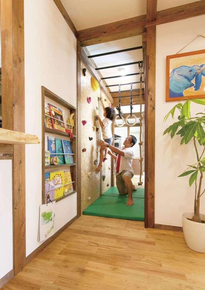 サイエンスホーム甲府店・笛吹店【デザイン住宅、子育て、自然素材】ご主人が絶対に取り入れようと決めていたボルダリングとウンテイをキッチンから見える位置に造作。ボルダリングは、子どもの体力をつけるとともに、考えて上手になっていくので想像力も養われる
