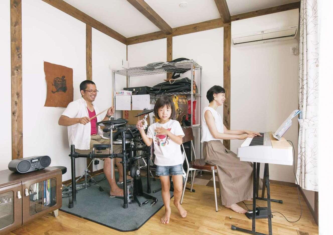 サイエンスホーム甲府店・笛吹店【デザイン住宅、子育て、自然素材】南側にアパートがあり、視線を遮るためにつくった楽器室。パパはドラム、ママはピアノを弾き、長女が歌う。将来はお母さまと同居するときに使い、その後は主寝室にもなる