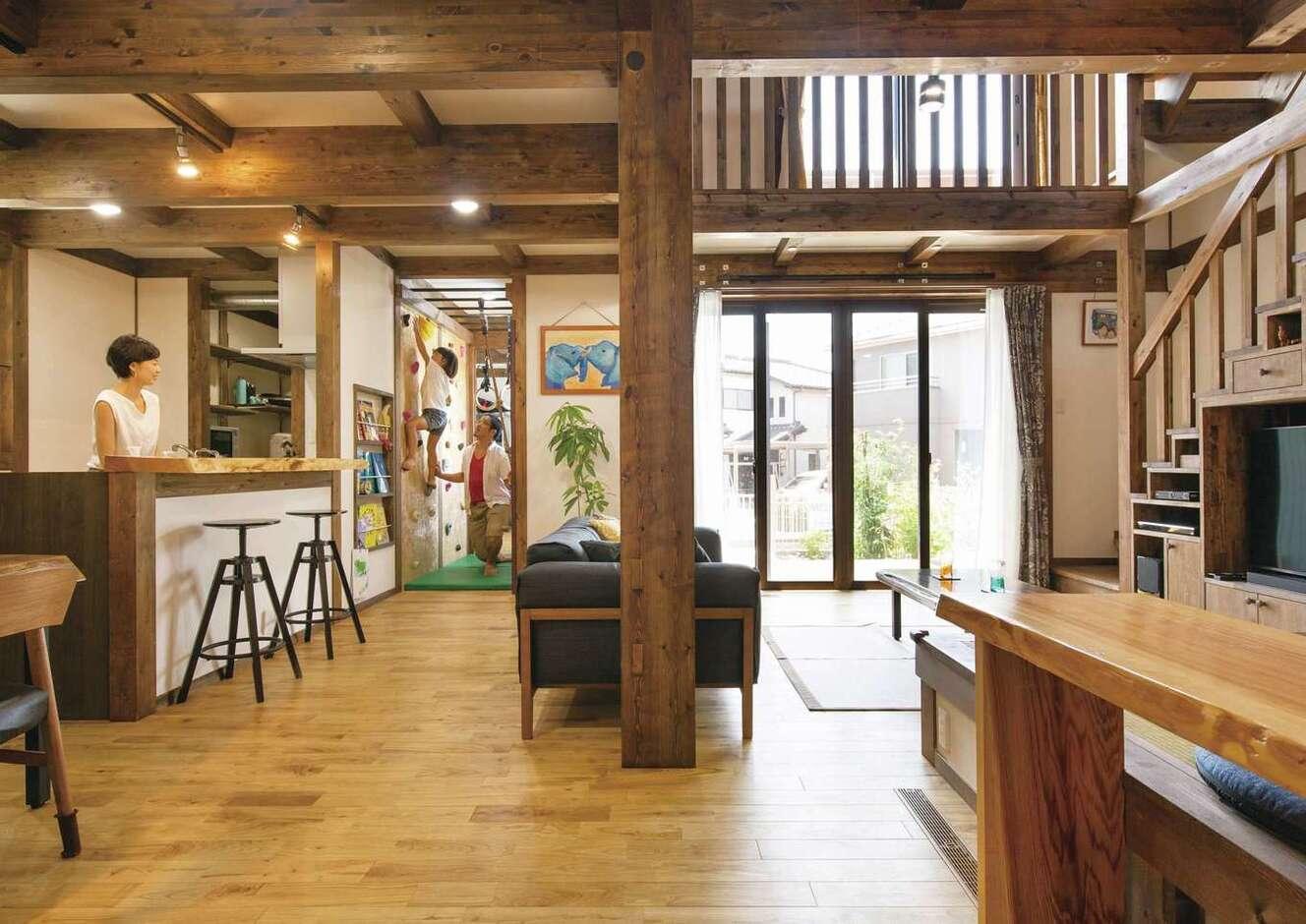 サイエンスホーム甲府店・笛吹店【デザイン住宅、子育て、自然素材】家族がどこにいても様子が見える位置にキッチンを配置。吹抜けを通して2階の気配も感じるので安心