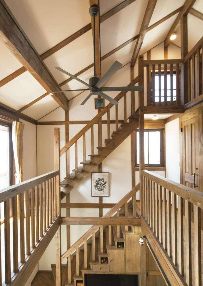 サイエンスホーム甲府店・笛吹店【デザイン住宅、子育て、自然素材】Sさんが『サイエンスホーム』を選ぶ決め手になったダイナミックな吹抜け空間。構造部材はもちろん、階段や手すり、建具など、手に触れる素材もすべてひのきで造作