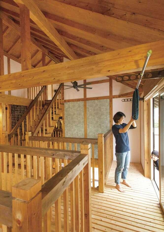 サイエンスホーム甲府店・笛吹店【デザイン住宅、自然素材、省エネ】各部屋へアクセスできる2階の空中回廊。部屋干しスペースは共働き夫婦のマストアイテム