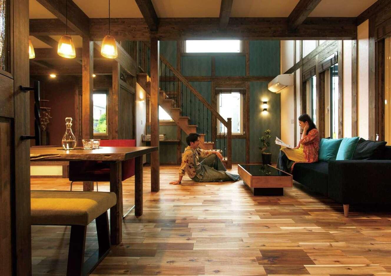 サイエンスホーム甲府店・笛吹店【デザイン住宅、趣味、自然素材】濃淡が美しい無垢のアカシアの床は傷がつきにくく、経年変化も楽しみ。日本建築の伝統を活かした真壁工法の家は、どんな家具や照明も合わせやすく、自分たちスタイルの空間が実現する