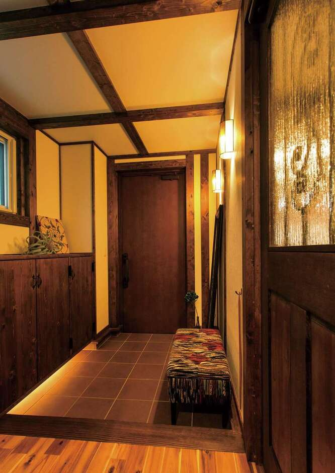 サイエンスホーム甲府店・笛吹店【デザイン住宅、趣味、自然素材】玄関を入った瞬間、ヒノキの香りに包まれる。アイアンと磨りガラスが融合したリビングドアがアクセントに