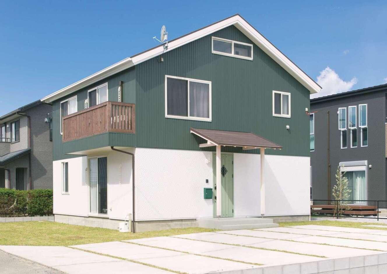 サイエンスホーム甲府店・笛吹店【デザイン住宅、自然素材、間取り】三角屋根とグリーンのガルバリウムが青空に映えるかわいい外観デザイン