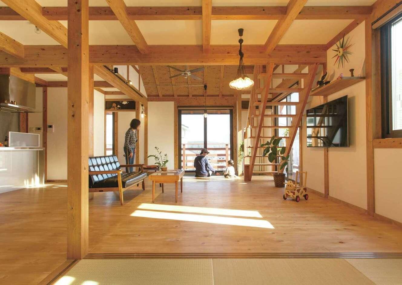 サイエンスホーム甲府店・笛吹店【デザイン住宅、自然素材、平屋】1階全体を広いLDK+畳コーナーにして、家族がいつも一緒にいられる空間に。肌触りのいいヒノキの床の経年美も楽しみ。掃き出し窓を開けると、L字型のウッドデッキへとつながる
