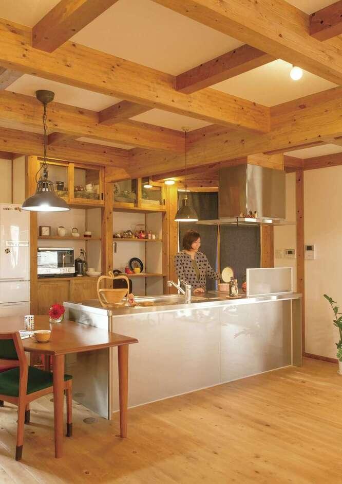 サイエンスホーム甲府店・笛吹店【デザイン住宅、自然素材、平屋】室内全体を見渡せるキッチン。バックヤードは造作
