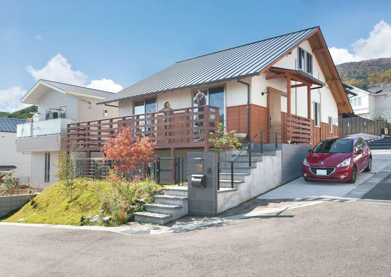 サイエンスホーム甲府店・笛吹店【デザイン住宅、自然素材、平屋】ユニークな地形を活かして建てたM邸は別荘のような素敵な佇まい。日本建築伝統の切妻屋根、外壁の杉板の鎧張りがさり気なく個性を主張している