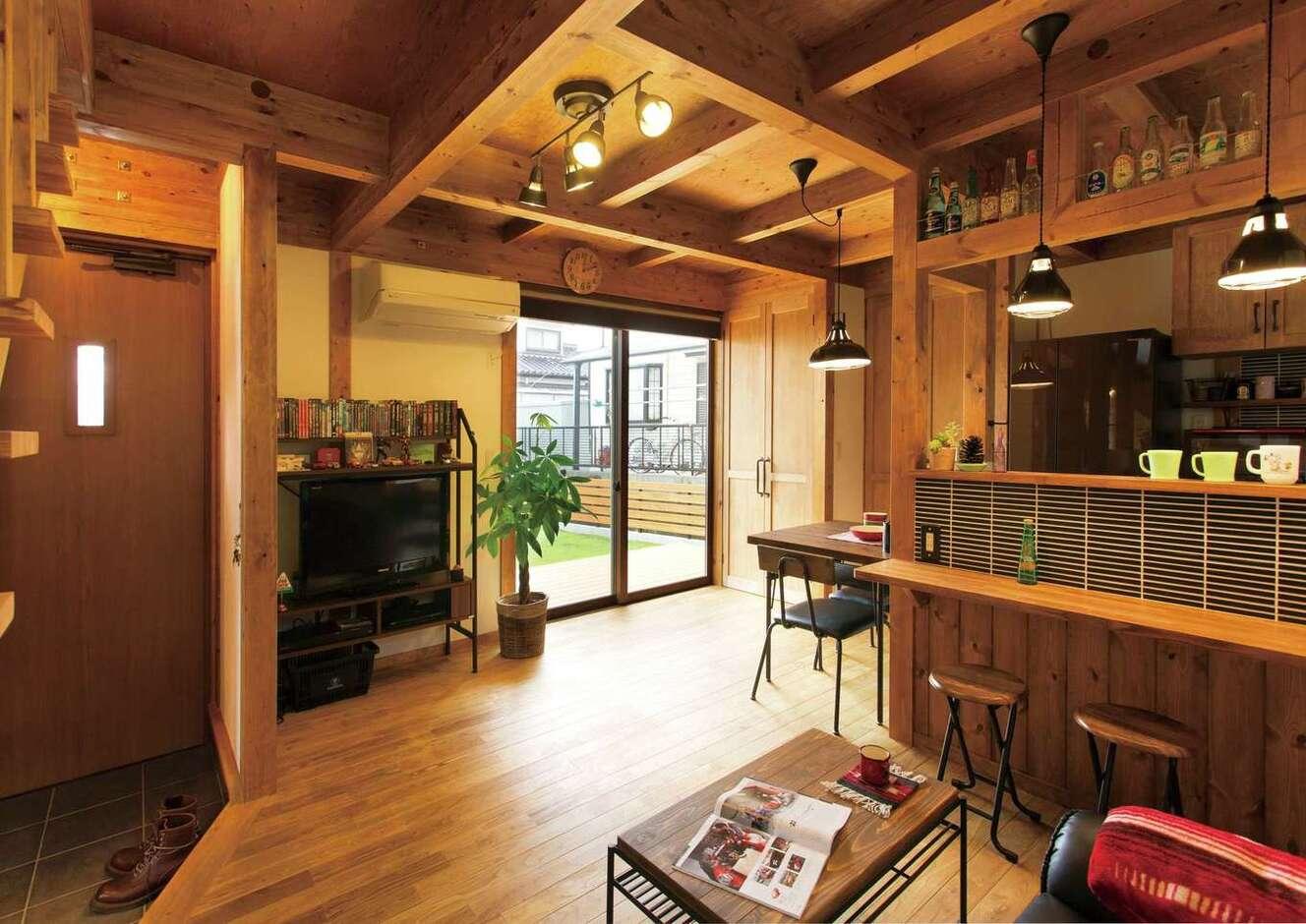 サイエンスホーム甲府店・笛吹店【デザイン住宅、ペット、ガレージ】庭と室内の一体感が心地いい真壁づくりのLDK。自分の好きなモノだけに囲まれて、毎日ワクワクしながら暮らしているそう