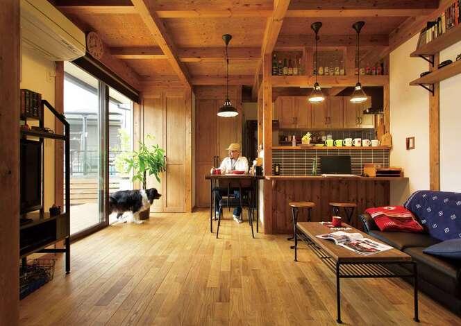 英国車と犬と楽しく暮らす 木の香りに癒されるガレージハウス
