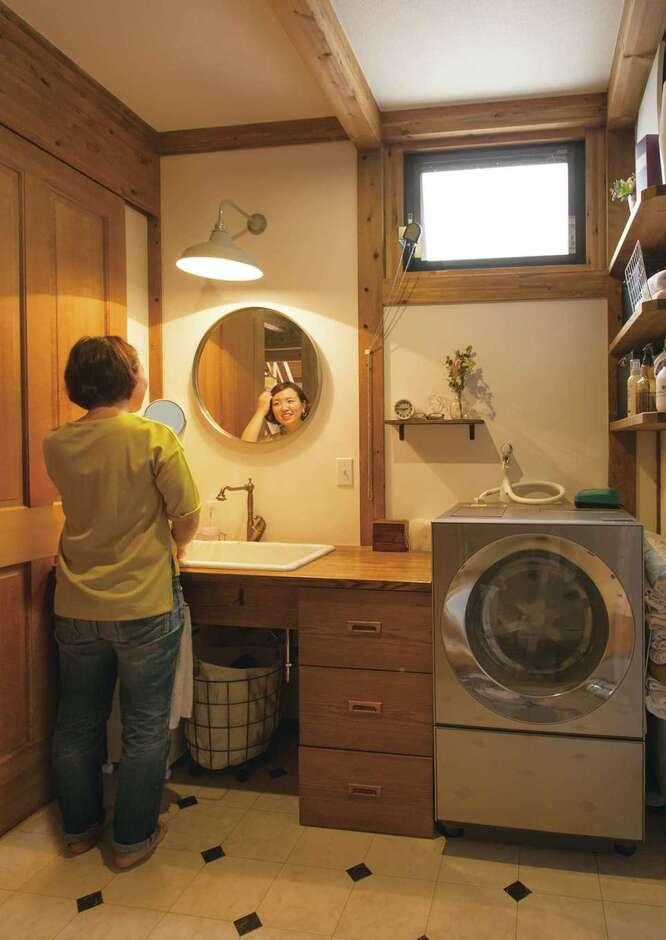 サイエンスホーム甲府店・笛吹店【デザイン住宅、自然素材、省エネ】奥さまは独身時代に東京でデザイナーとして働いていただけに、インテリアや色のセンスも抜群。洗濯機のドアと鏡の形を合わせただけでサニタリーの雰囲気がこんなに変わる。木と医療用シンクも程よく調和してステキ