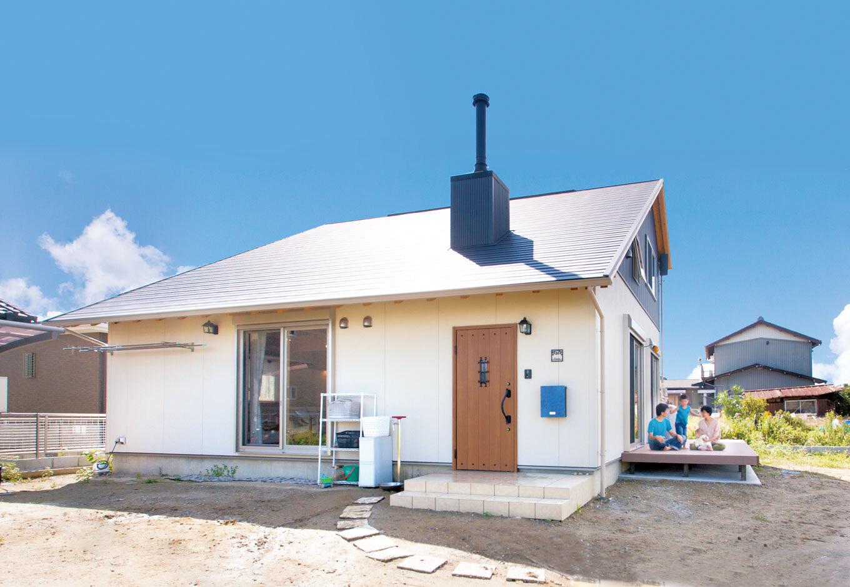 サイエンスホーム甲府店・笛吹店【1000万円台、自然素材、平屋】ロフトタイプのオール国産ひのきの家。薪ストーブの煙突がアクセントに。外と中をつなぐウッドデッキは、アウトドアリビングとして多用途に使いこなせる
