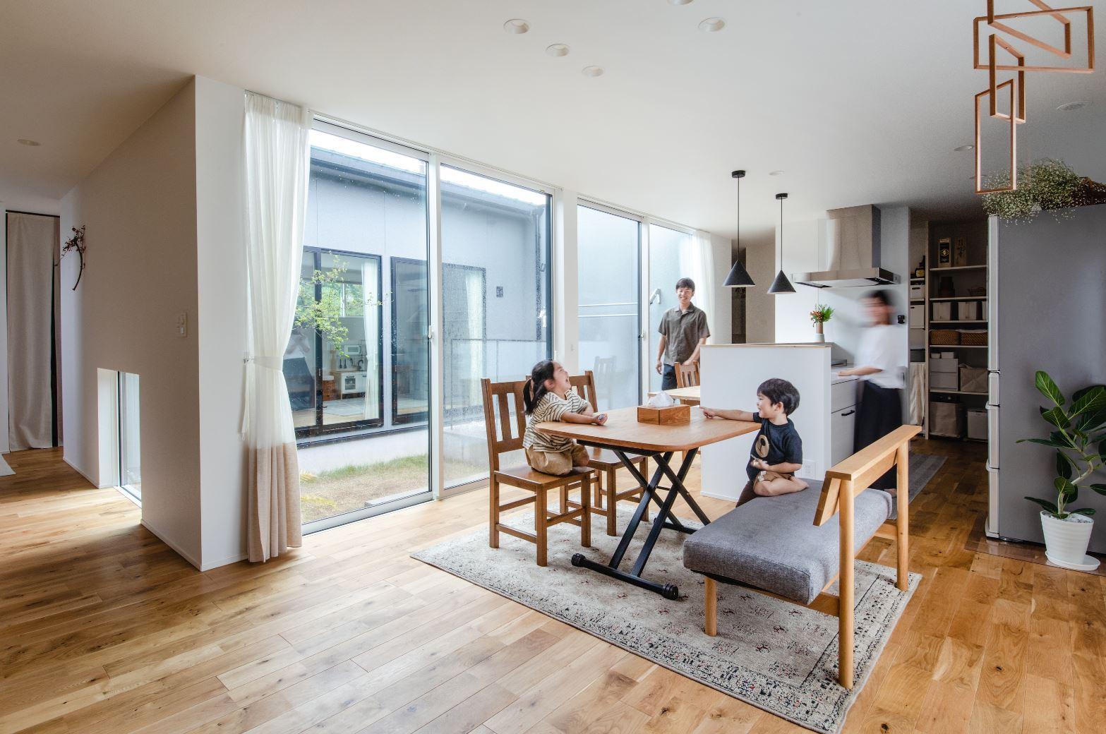 S.CONNECT(エスコネクト)【デザイン住宅、間取り、平屋】子どもたちが走り回れるようにと、中庭を中心に「ロの字」の形にした間取りを採用