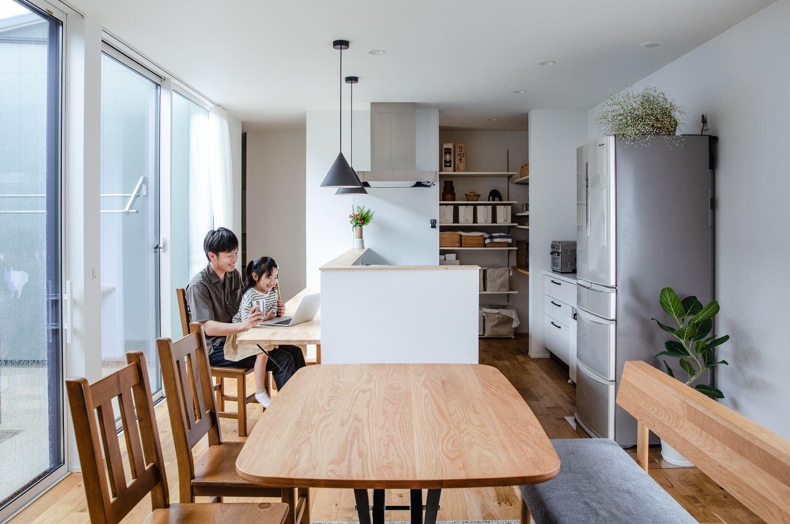 S.CONNECT(エスコネクト)【デザイン住宅、間取り、平屋】シンプルなデザインに、奥さまの大好きなグリーンやスワッグが映える