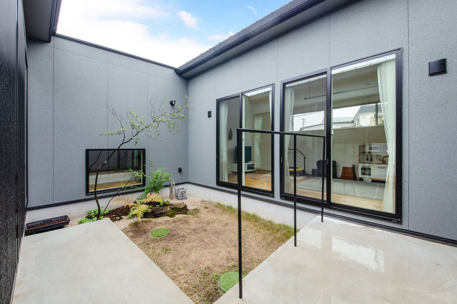 S.CONNECT(エスコネクト)【デザイン住宅、間取り、平屋】「ロの字」型の間取りにすることで、リビングにいても、家事をしている時も、顔を上げれば中庭が見える