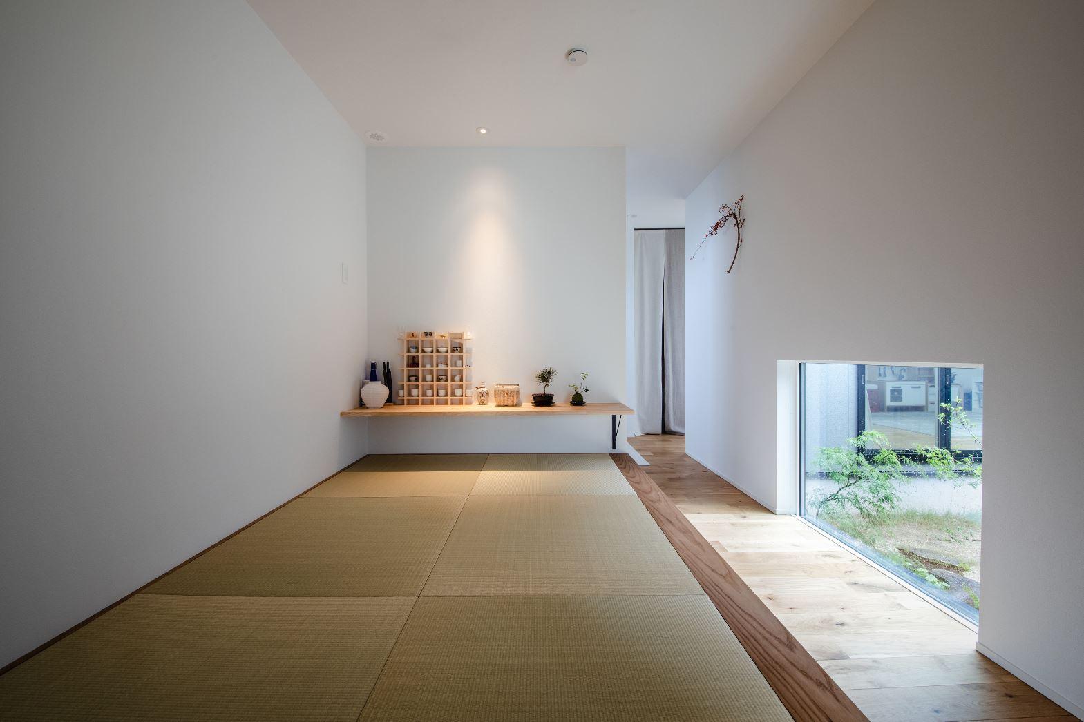 S.CONNECT(エスコネクト)【デザイン住宅、間取り、平屋】子上がりの和室は窓の位置を低くすることで、意匠性を高めながら、お客さんが来た時のプライバシー確保に