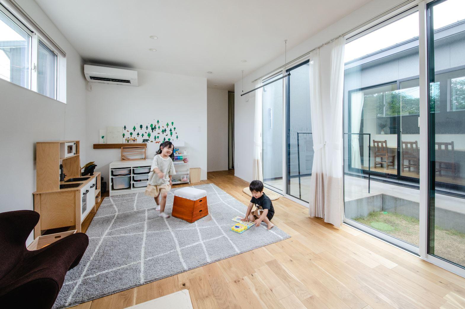 S.CONNECT(エスコネクト)【デザイン住宅、間取り、平屋】LDKから中庭を挟んでちょうど正面が子ども部屋。そのおかげで、キッチンやリビングにいるときも、子ども部屋で遊ぶ子どもたちを見守れるので安心
