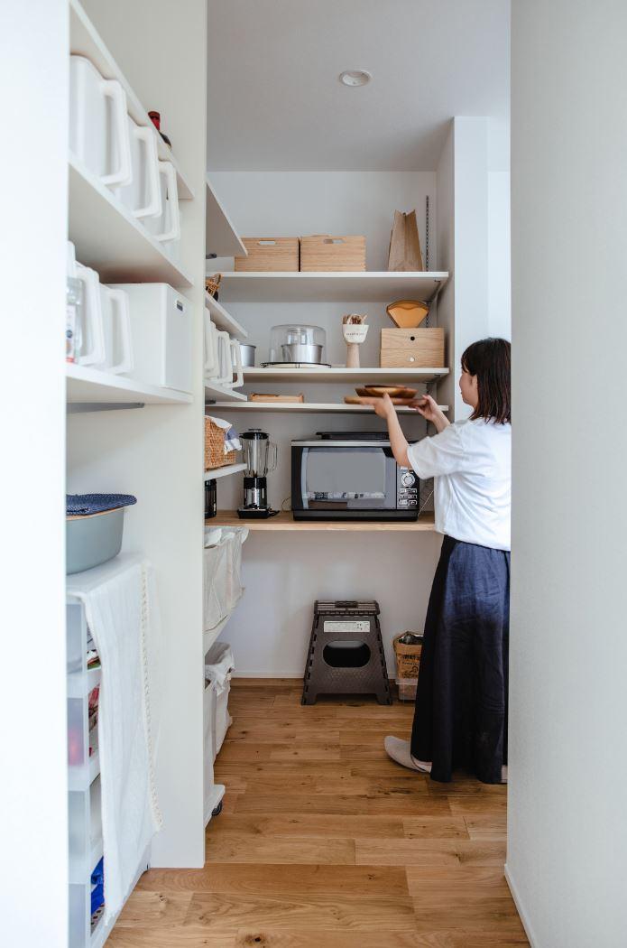 S.CONNECT(エスコネクト)【デザイン住宅、間取り、平屋】平屋でありながら収納もたっぷり確保。テレビを取り付けた壁の裏側も収納になっていて便利