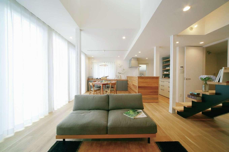 エコフィールド|LDKは同社の豊富な経験と設計力が光る仕上がり。玄関の位置を変える、和室や水回りを連結する、新たに吹き抜けを設けるなど大胆に間取りを変更することで、コンパクトながらも光と開放感に満たされる空間が誕生した。一方で、階段右手は潔く減築。会談の奥には坪庭を設け、暗かった建物の北側にも明るさと広がりをもたらした