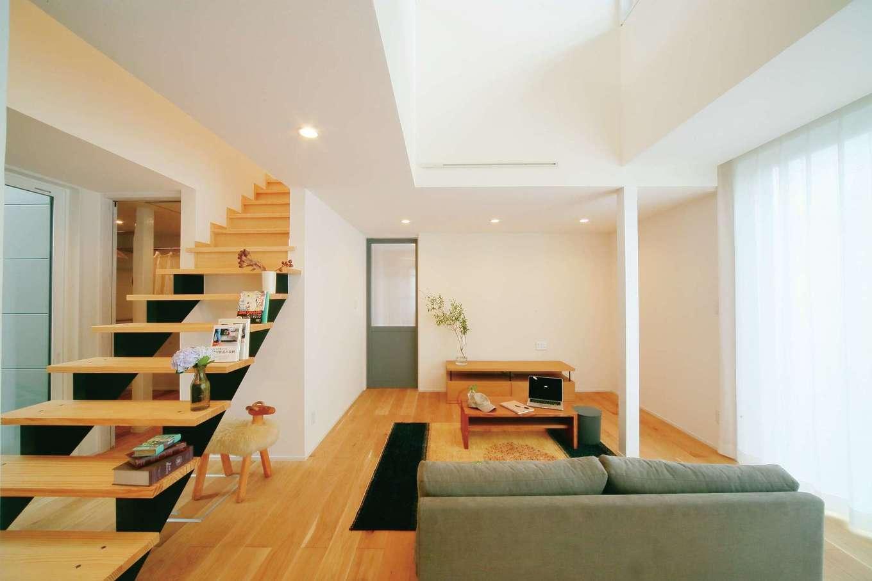 エコフィールド|床は無垢オーク、壁はホタテ塗り壁。1階2階とも自然素材に包まれる。新築同様、太陽光や風を利用するパッシブデザインが施され、機器に頼ることなく快適な住み心地を叶えている