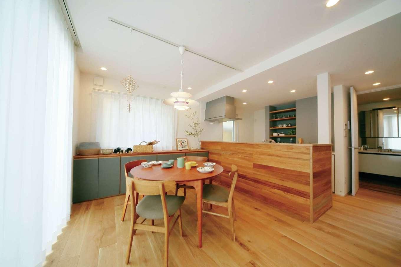 エコフィールド|キッチンを無垢で囲い、ナチュラルな仕上がりに。奥には大容量の収納カウンターを設置