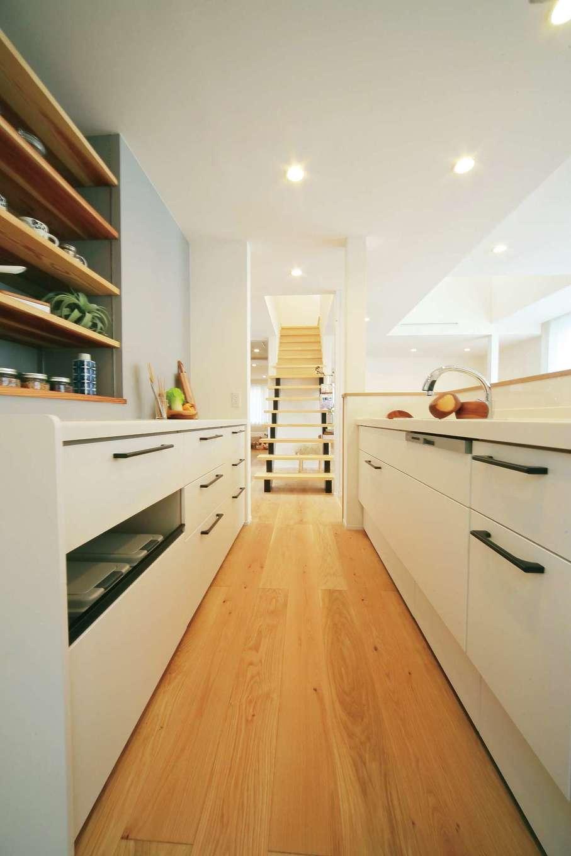 エコフィールド|家族を見守れる対面キッチンに。可動棚のオープンシェルフも便利