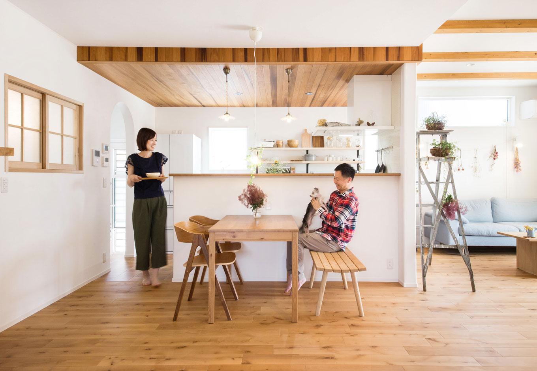 子育て安心住宅【1000万円台、デザイン住宅、平屋】明るく開放的なキッチン・ダイニングは、天井の無垢材のあしらいが空間をお洒落にドレスアップ。まるでカフェのような雰囲気の中で、自然素材が持つやさしさとぬくもりに包まれてリラックスできる