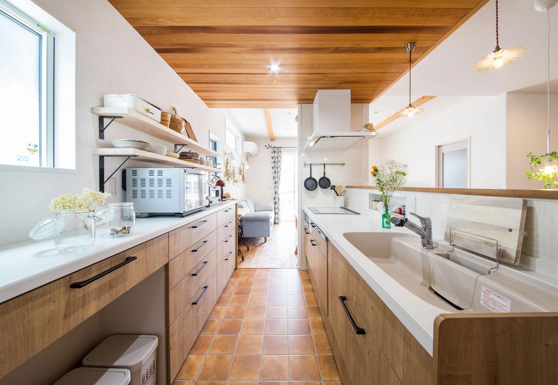 子育て安心住宅【1000万円台、デザイン住宅、平屋】キッチンは『子育て安心住宅』の標準仕様の中からセレクト。背面は「見せる」を意識したデザインでより一層カフェ感がアップ。テラコッタタイル風のクッションフロアなど、南欧風の世界観を随所にちりばめた