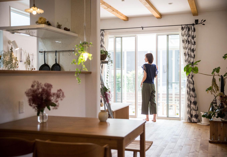 """子育て安心住宅【1000万円台、デザイン住宅、平屋】家事のしやすさはワンフロアの平屋ならでは。Iさんが特にこだわった""""洗濯動線""""は、洗濯機がある洗面室からキッチンを通り洗濯物干し場まで一直線。家事ラク動線によって生まれた時間は自分時間の充実、そして家族との時間に充てられる"""